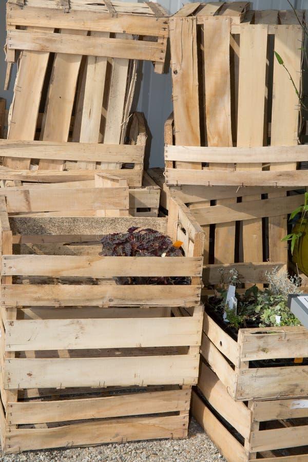 Armazém de distribuição para frutas e legumes com caixas fotos de stock