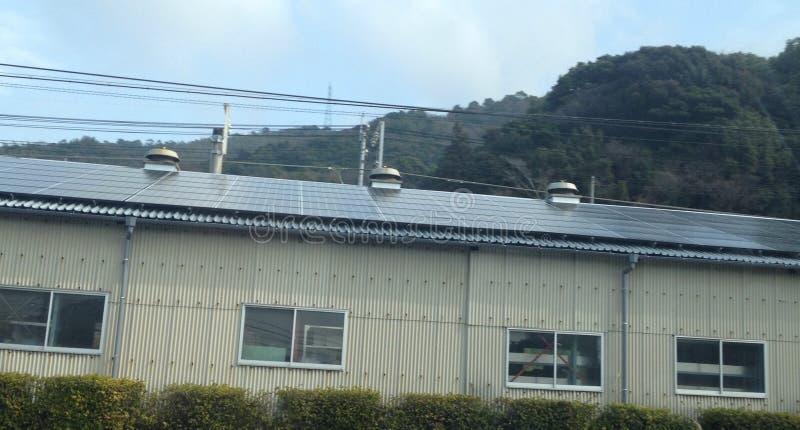 Armazém japonês coberto nos painéis solares imagem de stock royalty free