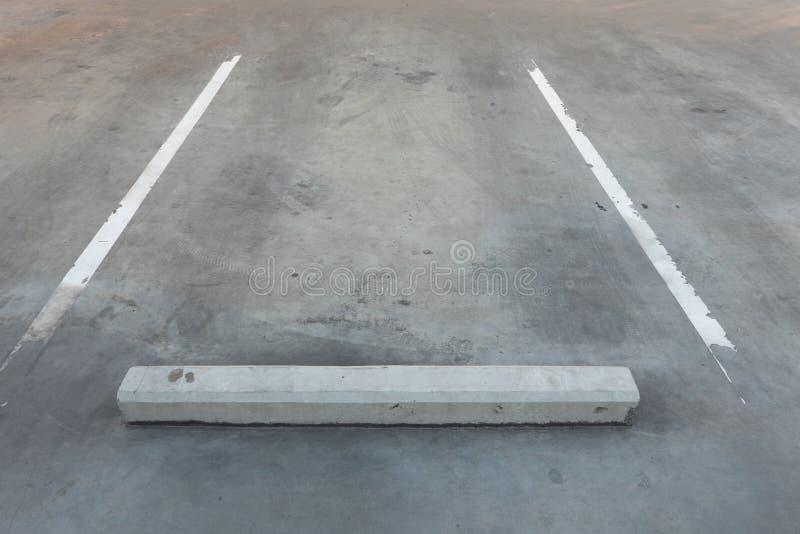 Armazém vago vazio da garagem do parque de estacionamento/estacionamento com espaço da escrita de cópia foto de stock
