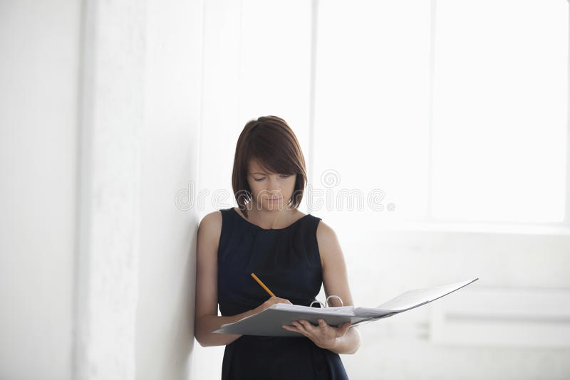 Armazém vazio de With Paperwork In da mulher de negócios foto de stock royalty free