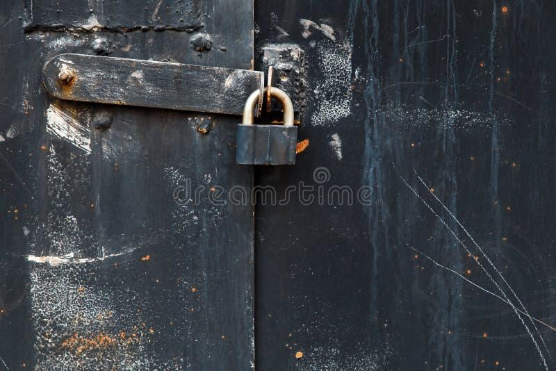 Armaz?m velho da porta do metal, hangar, garagem Fundo preto fotos de stock royalty free