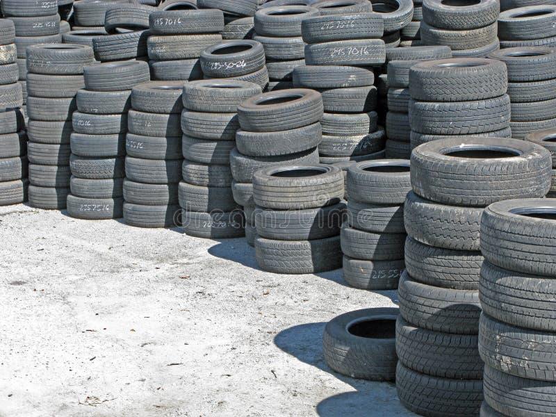 Armazenagem de pneus usados foto de stock royalty free
