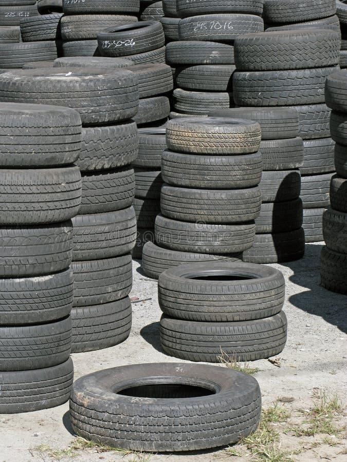 Armazenagem de pneus usados imagem de stock