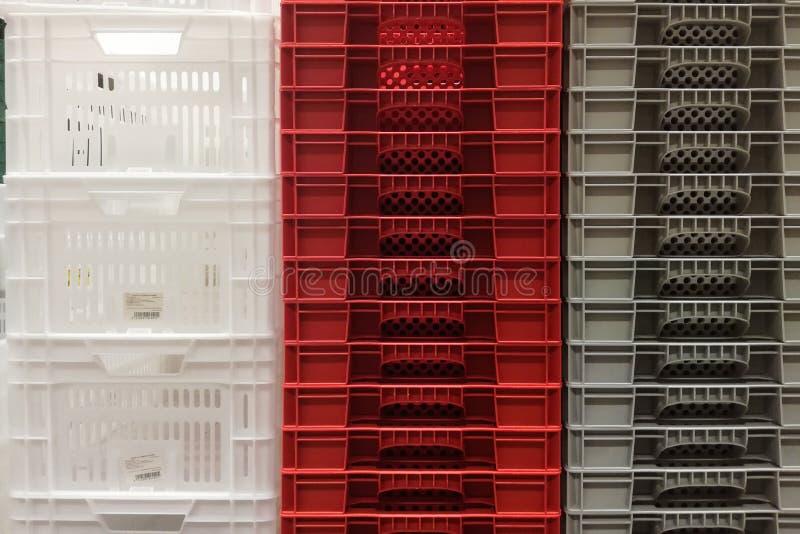 Armazenamento da pilha de caixas brancas, cinzentas e vermelhas coloridas novas do recipiente plástico foto de stock royalty free