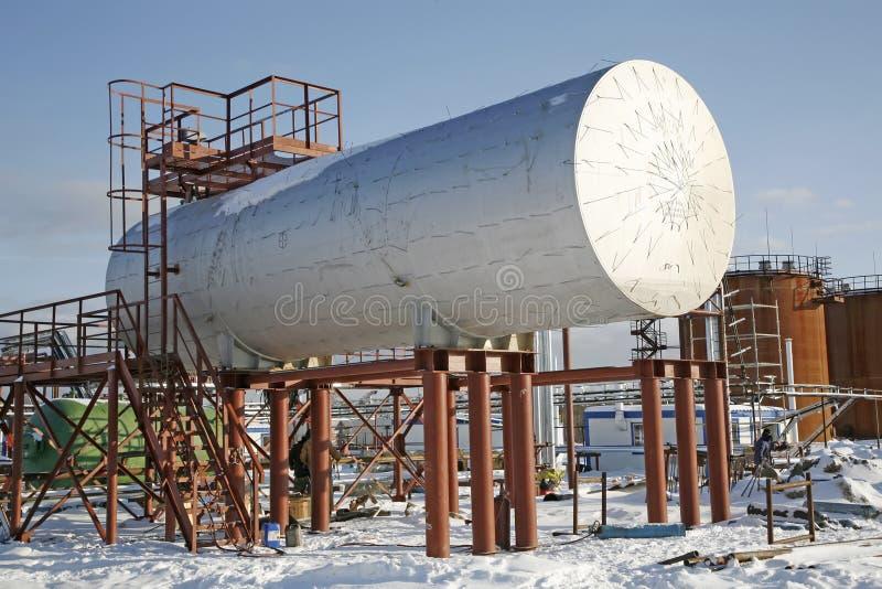 Armazenamento de óleo do tanque na refinaria imagens de stock