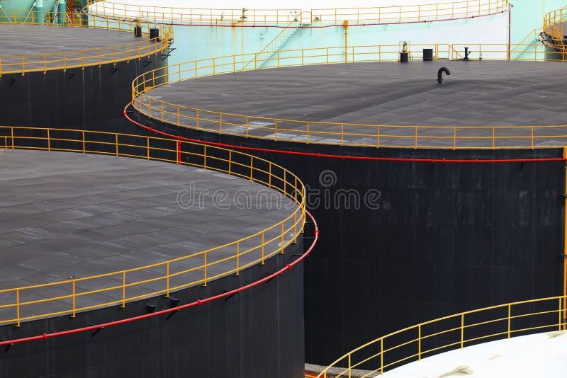 Armazenamento do tanque de óleo na propriedade da indústria petroquímica da refinaria de petróleo foto de stock