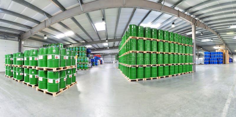 Armazenamento dos tambores em uma fábrica química - logística e transporte fotografia de stock royalty free