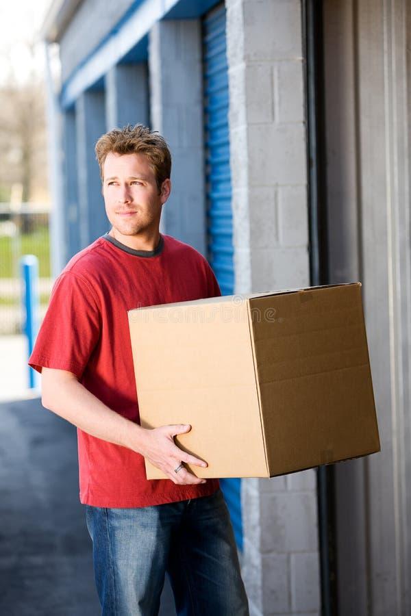 Armazenamento: Pondo caixas no armazenamento imagem de stock royalty free