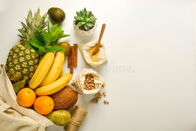 Armazenamento zero do alimento de desperdício Frutos e cereais em sacos de matéria têxtil do eco, fundo branco Copie o espa?o fotos de stock