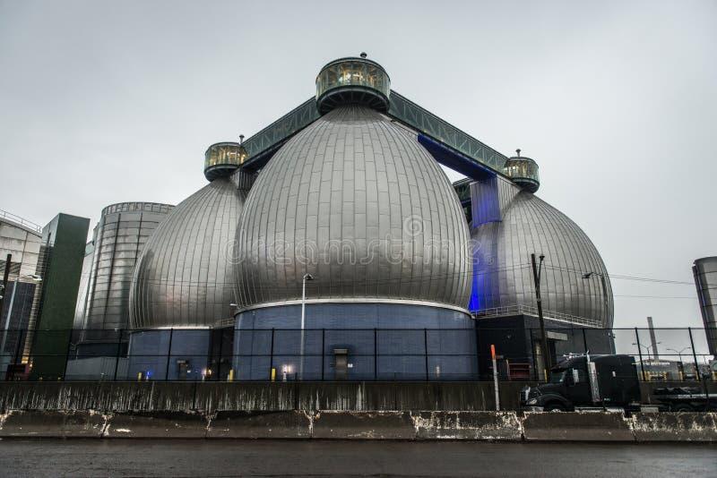 Armazenamentos conectados enormes de planta industrial do tratamento de águas residuais imagem de stock