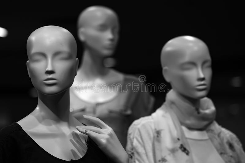 Armazene manequins Forme o manequim vestido no pano elegante na exposição da loja foto de stock royalty free