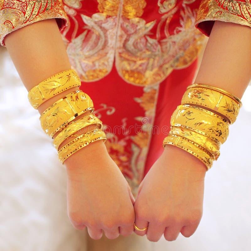 Armbänder der goldenen Hochzeit stockbilder