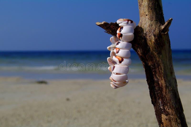 Armband auf dem Strand stockbilder