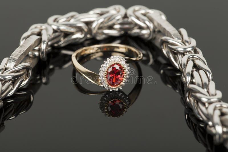 Download Armband en ring stock afbeelding. Afbeelding bestaande uit kostbaar - 29507813