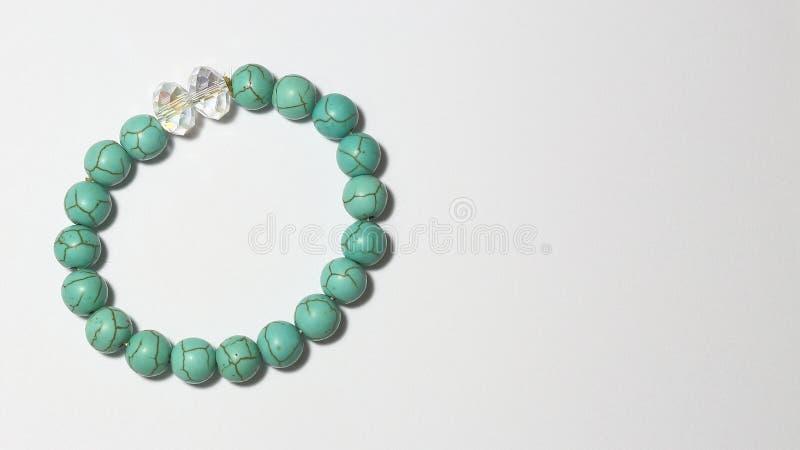 Armband hergestellt durch grüne Edelsteine und Kristall stockfotografie