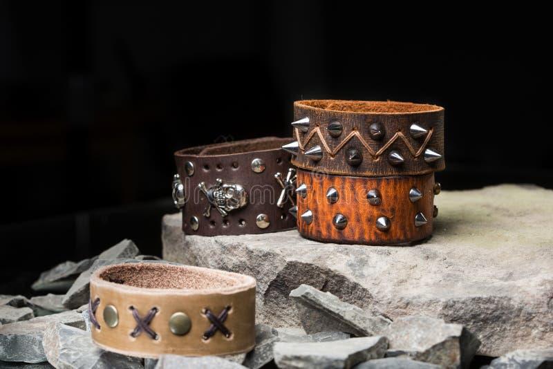 Armband med grova spikar och skallar royaltyfri bild