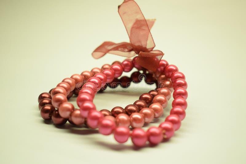 Armband met plastic parels royalty-vrije stock afbeelding