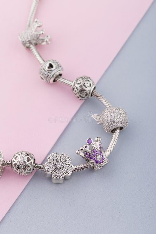 Armband met zilveren charmeparels met gemmen stock foto