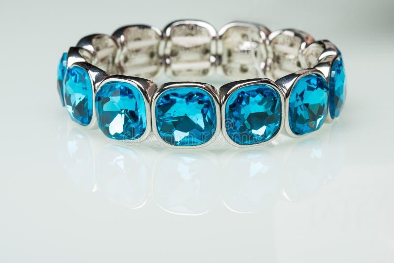 Armband mit blauen steinen
