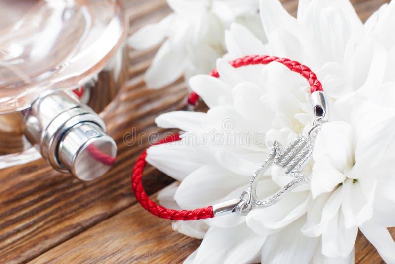Armband på bakgrund för vit blomma och doft royaltyfria bilder