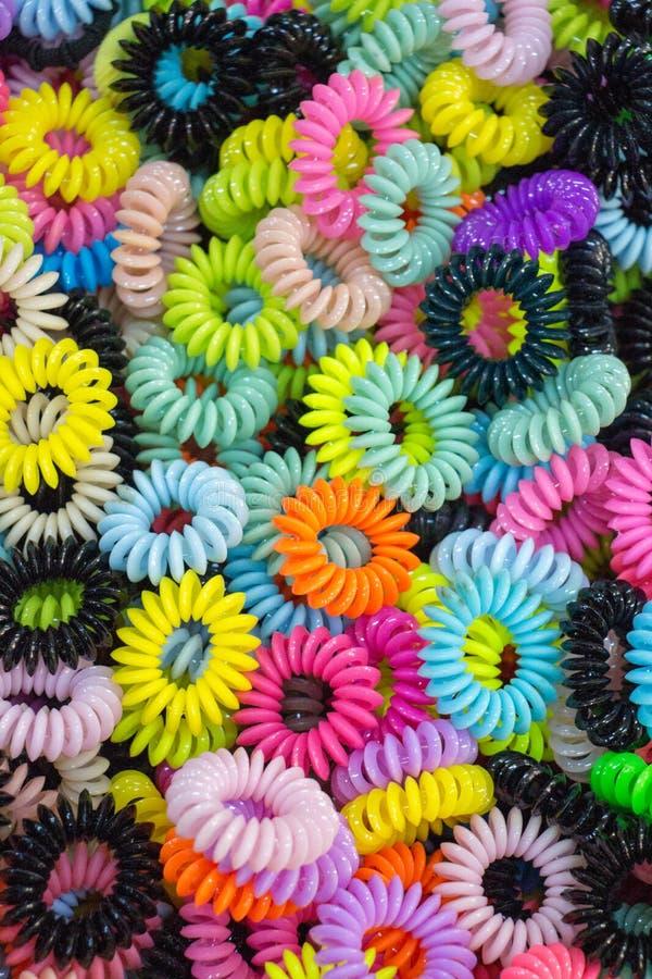 Armband som göras av färgrikt material arkivbilder
