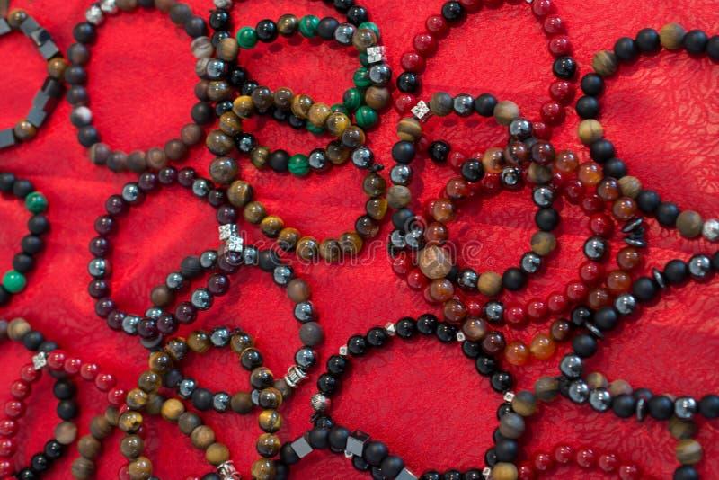 Armband von Perlen von verschiedenen Farben stockbild