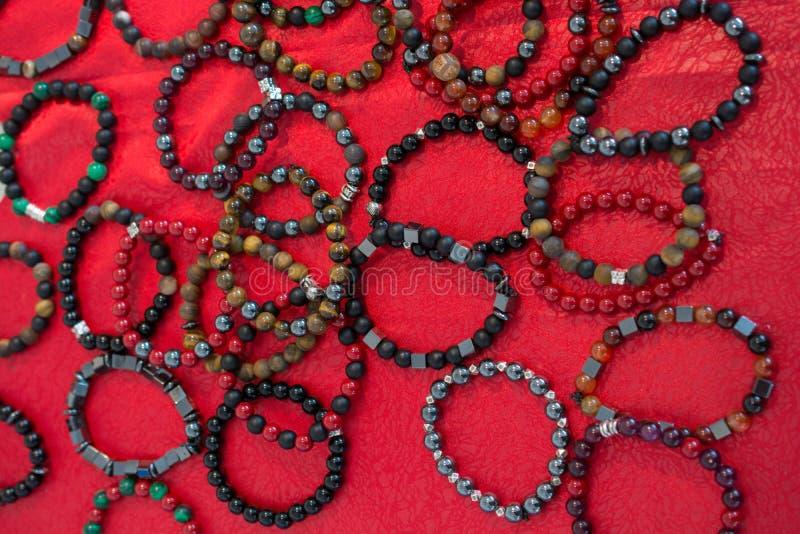 Armband von Perlen von verschiedenen Farben lizenzfreie stockbilder