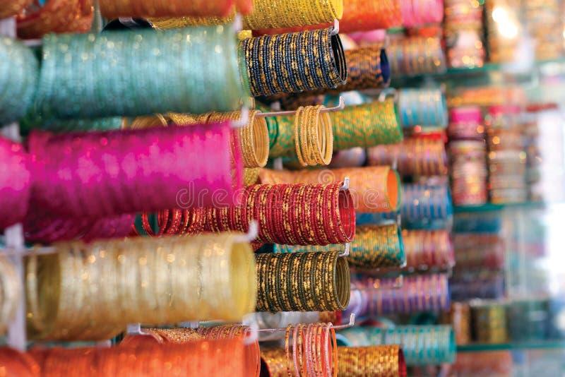 Armbanden die bij Markt worden verkocht royalty-vrije stock foto's