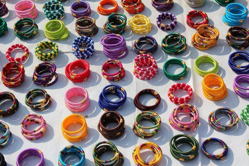 Armbanden die in de straat van Jaipur winkelen royalty-vrije stock afbeeldingen