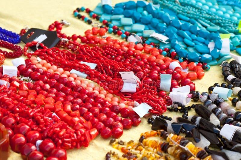 Armbanden en halsbanden van natuurlijke gemmen worden gemaakt die royalty-vrije stock afbeeldingen