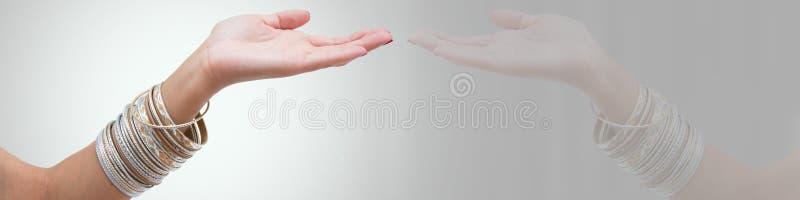 Armbanden op women& x27; s hand stock fotografie