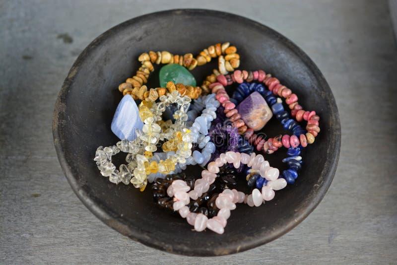Armbanden van kristallen en halfedelstenen voor een helend effect stock afbeeldingen
