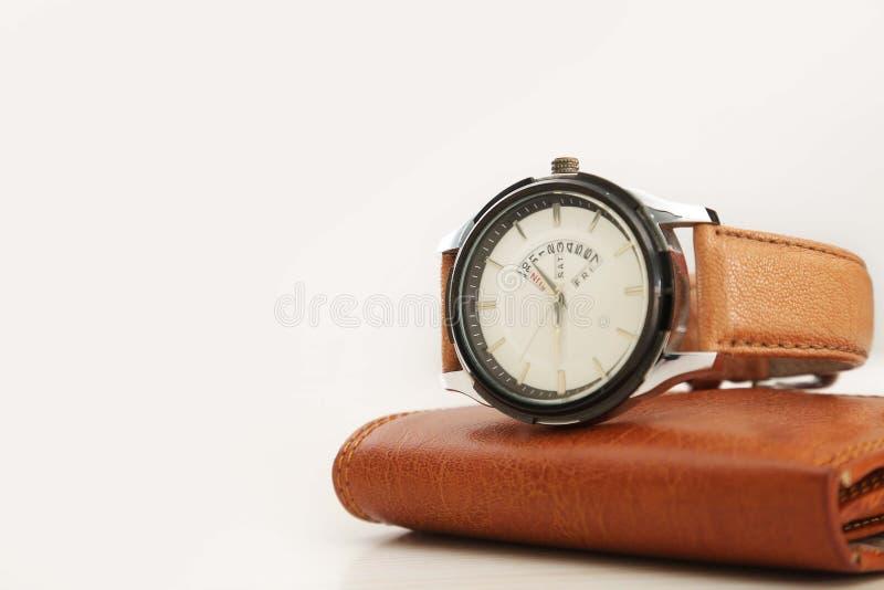 Armbandsur och plånbok för män arkivbilder