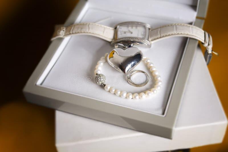 Armbandsur och smycken royaltyfri bild