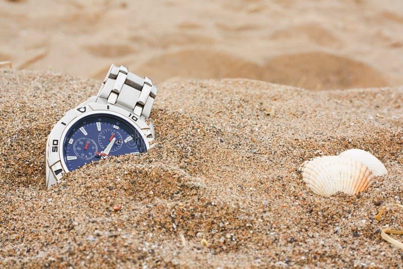 Borttappadt armbandsur på stranden royaltyfri bild