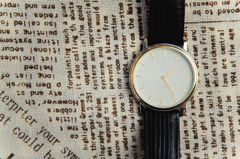Armbanduhr auf einem Textilhintergrund stockfoto