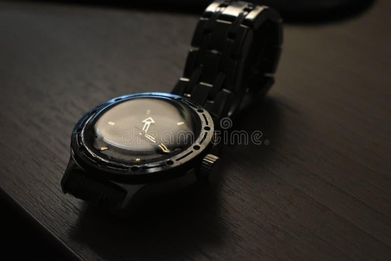 Armbanduhr mit einem Armband auf dem Tisch lizenzfreie stockfotos