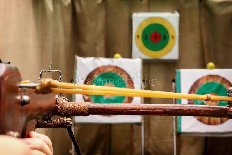 Armborstet är klar för ett skott som siktas på målet royaltyfria bilder