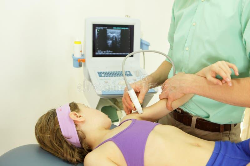 Armdiagnose des Mädchens mit einem Ultraschall stockfotos