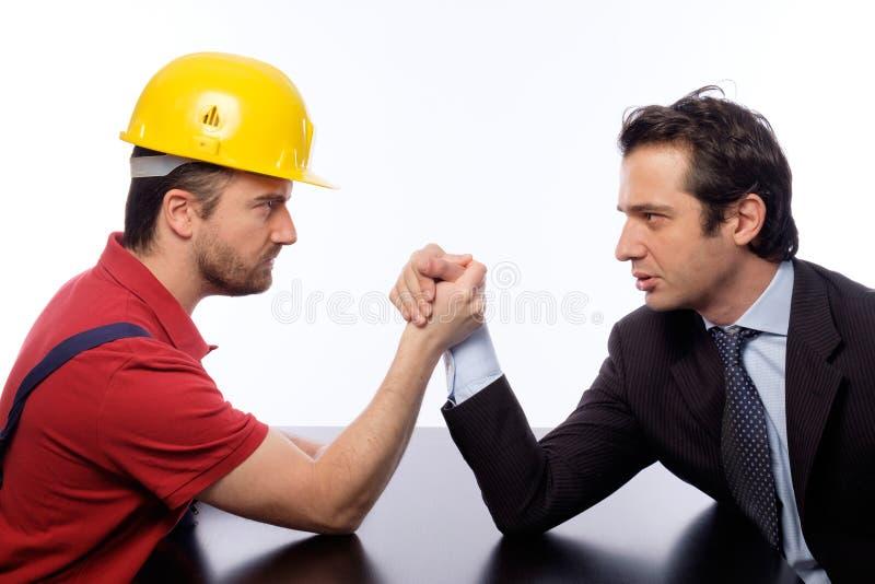 Armdrücken Büro gegen Arbeitskraft lizenzfreie stockbilder