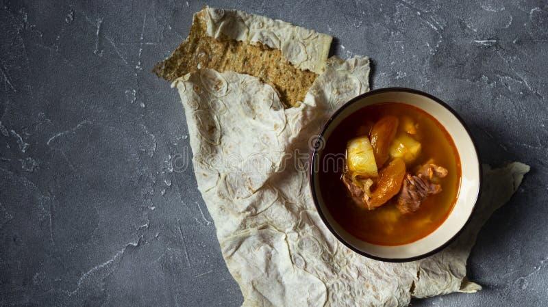Armeńska kuchnia Lavash Yajni i chleb - wzmacnia polewkę z wysuszoną morelą zdjęcie royalty free
