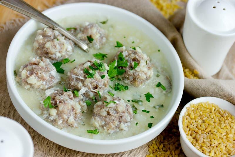 Armeńska bielu podśmietania polewka na kurczaka rosole z klopsikami i bulgur zdjęcia stock