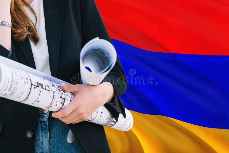 Armeński architekt kobiety mienia projekt przeciw Armenia falowania flagi tłu Budowy i architektury poj?cie obraz royalty free