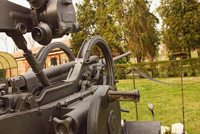 Arme à feu antiaérienne de la deuxième guerre mondiale maintenant dans la désuétude et placée dans les anciennes casernes militai photo stock