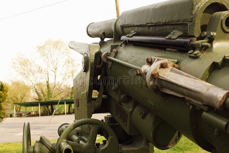 arme à feu antiaérienne de la deuxième guerre mondiale maintenant dans la désuétude et placée dans les anciennes casernes militai images libres de droits