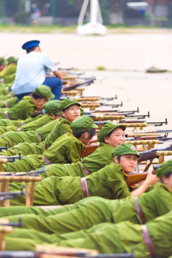 Arme à feu chinoise encline d'entraînement militaire d'étudiants de rangée image libre de droits