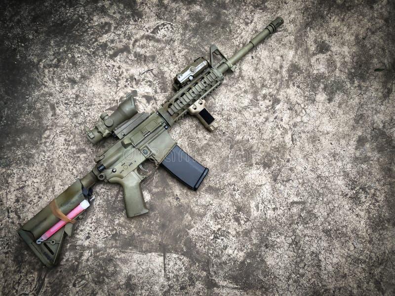 Arme à feu d'airsoft de fusils d'assaut de dessert au sol image libre de droits