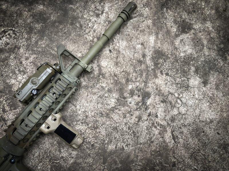 Arme à feu d'airsoft de fusils d'assaut de dessert au sol images libres de droits