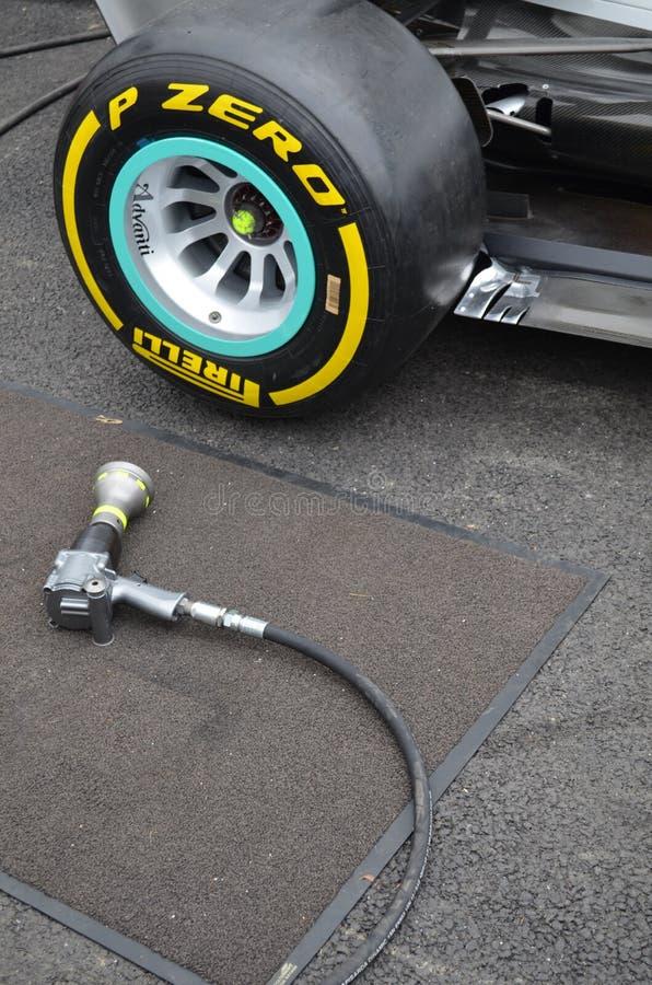 Arme à feu de roue de manière opérationnelle sur une voiture de Formule 1 photo stock
