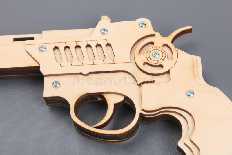 Arme à feu en bois de jouet sur le fond gris photographie stock